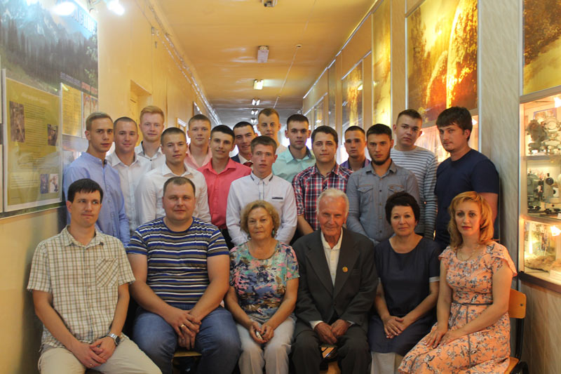 Буровики-выпускники с преподавателями