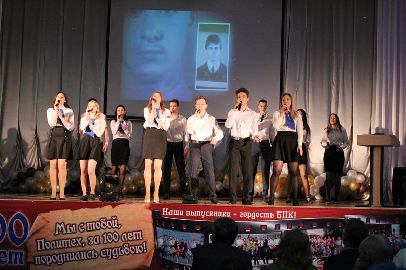 Студенты поздравили выпускников