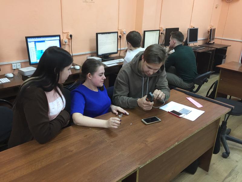 Студенты делают обжимку сетевого кабеля